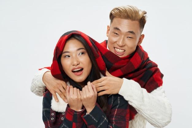 Азиатская женщина и мужчина позирует модель вместе Premium Фотографии