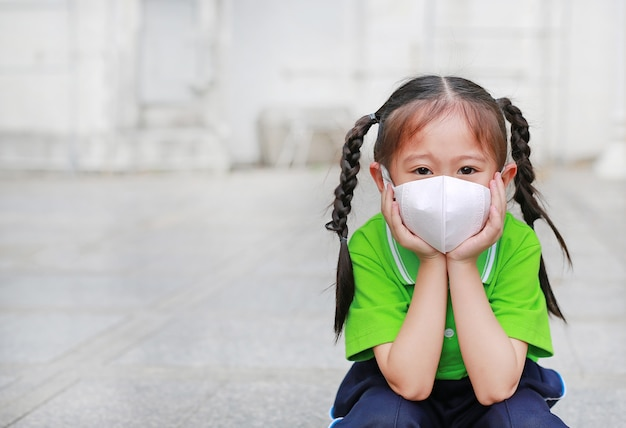 Asian woman breathing by wearing a protection mask against air pollution in bangkok city Premium Photo