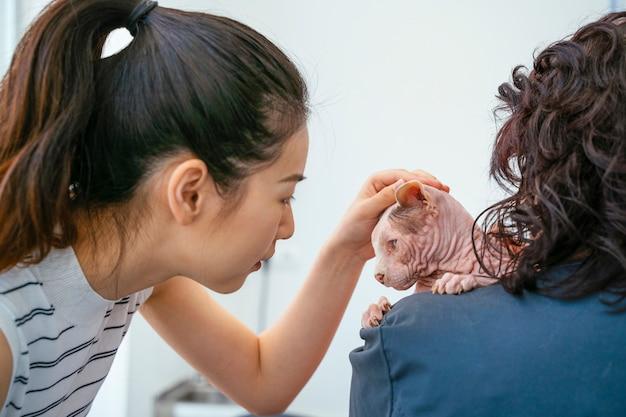 獣医への年次検診を行うアジアの女性。 Premium写真