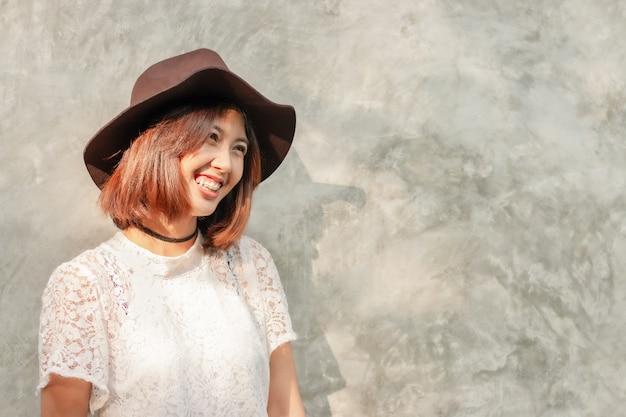 Азиатская женщина счастливый смайлик, модная шляпа с копией пространства Premium Фотографии