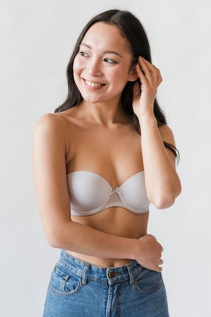 브래지어와 청바지에 아시아 여자 무료 사진