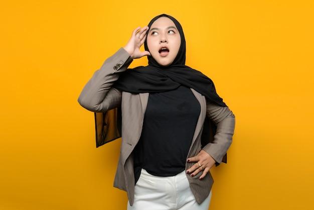 アジアの女性はショックを受けて混乱しています Premium写真