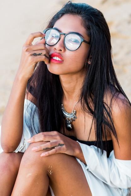 아시아 여자 L 저녁에 열 대 해변에서 포즈. 완벽한 황갈색 몸. 보석, 팔찌 및 목걸이. 무료 사진