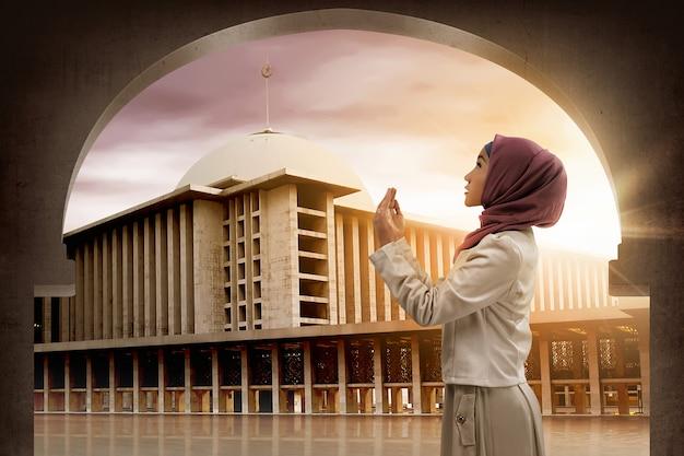 Asian woman praying to god Premium Photo