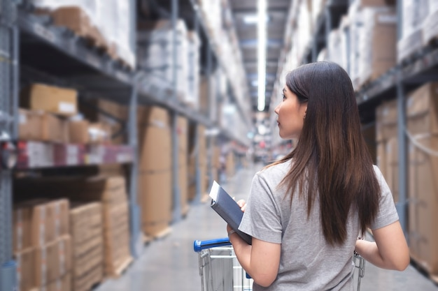 Asian woman in warehouse Premium Photo