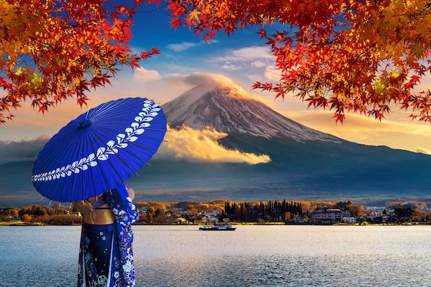 Азиатская женщина нося японское традиционное кимоно на горе фудзи. Premium Фотографии