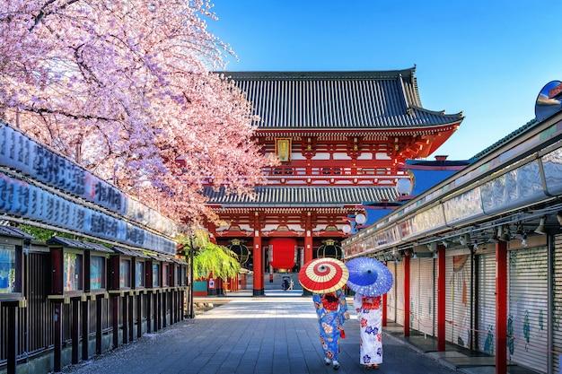 東京の寺院で日本の伝統的な着物を着ているアジアの女性。 無料写真