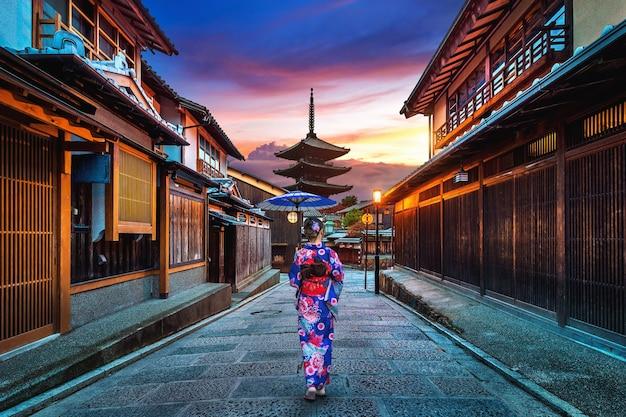 일본 교토의 Yasaka Pagoda와 Sannen Zaka Street에서 일본 전통 기모노를 입은 아시아 여성. 무료 사진