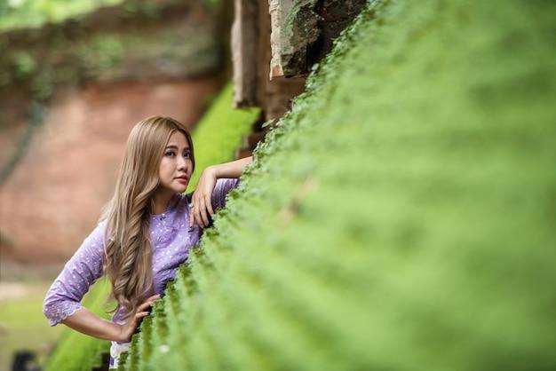 Азиатская женщина, носить традиционную тайскую культуру стиль ланна, винтажный стиль, chaingmai таиланд Premium Фотографии