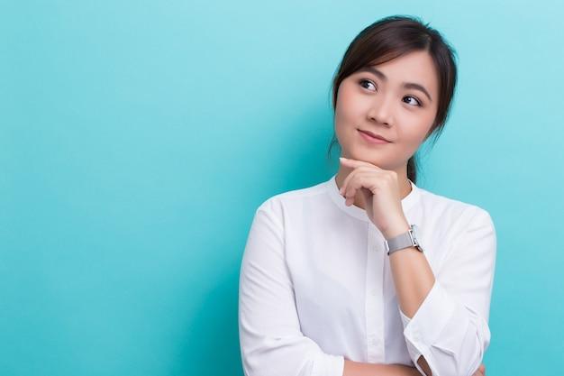 彼女の時計を持つアジアの女性 Premium写真