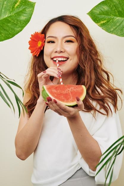 スイカとアジアの女性 Premium写真