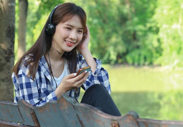 Азиатские женщины расслабляются, слушая музыку Premium Фотографии