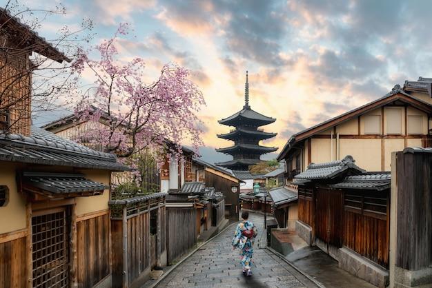 Asian women wearing traditional japanese kimono in yasaka pagoda  in kyoto, japan Premium Photo