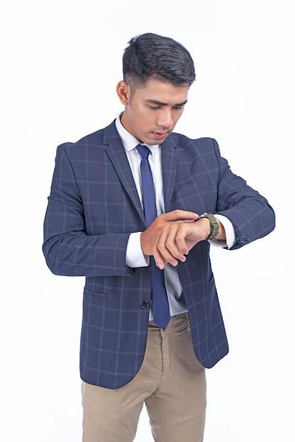スマートウォッチを持つアジアの若いハンサムなビジネスマン Premium写真