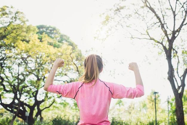 아시아 젊은 여자는 공원에서 아침 운동과 요가 전에 스트레칭 몸을 따뜻하게 프리미엄 사진