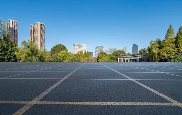 Асфальтовая дорога и современный архитектурный пейзаж на фоне линии горизонта китайского города Premium Фотографии