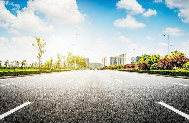 アスファルト道路と近代都市 無料写真