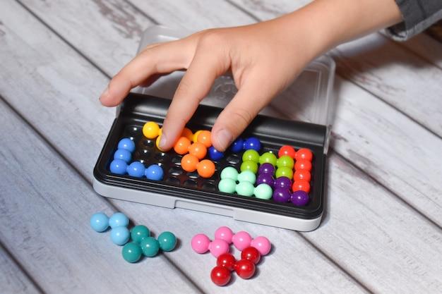 メモリー上でパズルをすばやく組み立てます。記憶力と運動能力を発達させます。知的ゲーム Premium写真