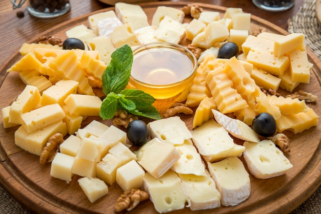 Assorted cheeses with honey and nuts Premium Photo