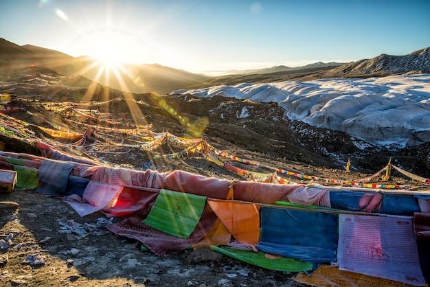 日の出の間に山の盛り合わせ色フラグ 無料写真