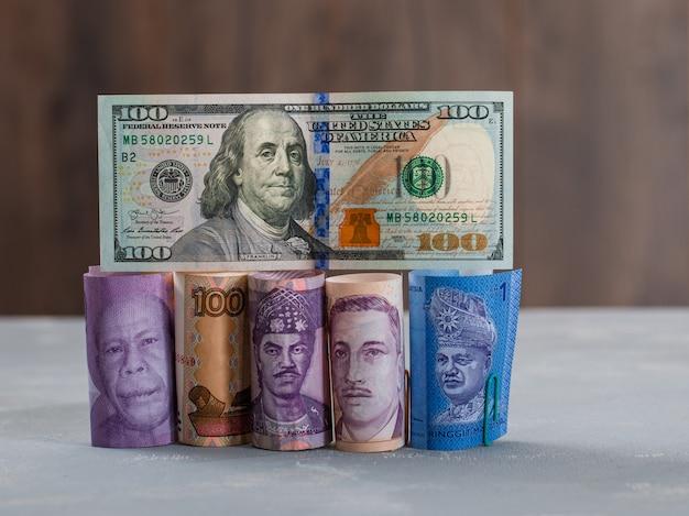 石膏と木製のテーブルに各種の紙幣。 無料写真