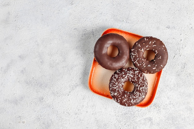 チョコレートのつや消し、ピンクの艶出し、振りかけるデザートの盛り合わせ。 無料写真