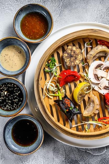 蒸し器での点心の盛り合わせ。中華料理のセット Premium写真