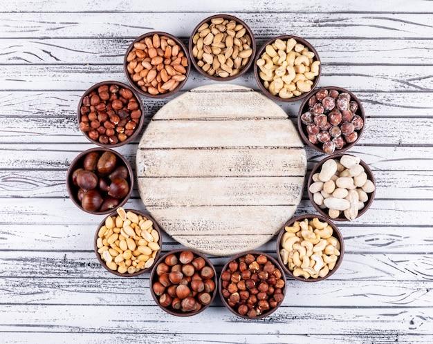 ピーカン、ピスタチオ、アーモンド、ピーナッツ、クローズアップのサイクル型ミニボウルのナッツとドライフルーツの盛り合わせ 無料写真