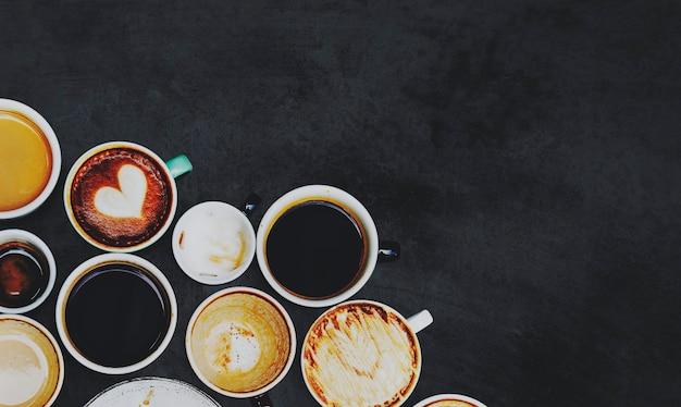 Ассорти из нескольких кофейных чашек на черной поверхности Бесплатные Фотографии