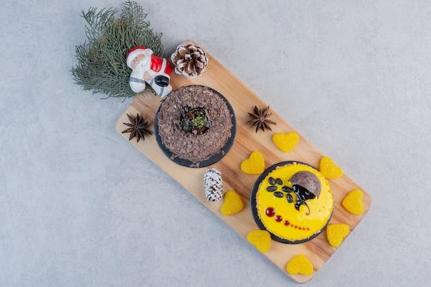 Assortimento di torte su tela con palline di natale. Foto Gratuite