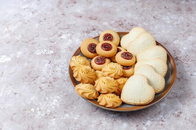 Assortimento di deliziosi biscotti freschi. Foto Gratuite