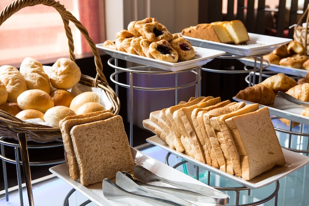 Assortimento di pasticceria fresca sul tavolo in buffet Foto Gratuite