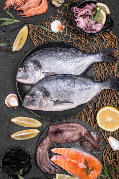 Assortimento di pesce fresco crudo di mare Foto Gratuite