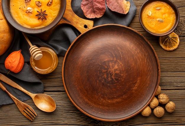 Ассортимент осенних супов и пустая тарелка Бесплатные Фотографии