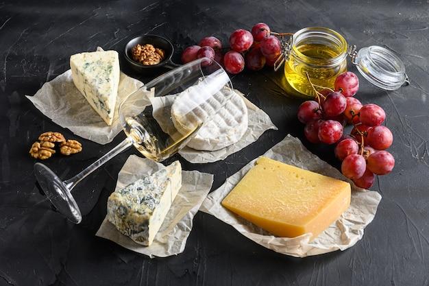 Ассорти сыров, бокал белого вина совиньон Premium Фотографии