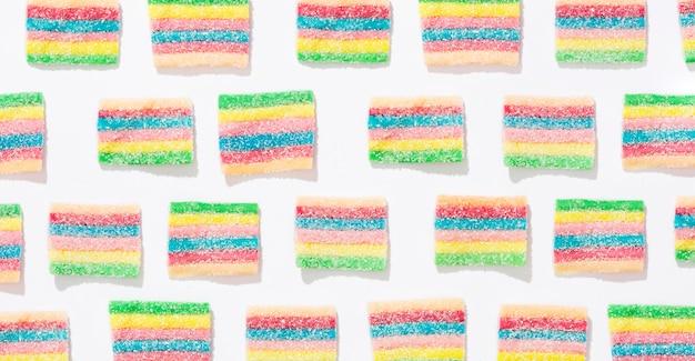 白地にカラフルなキャンディーの品揃え 無料写真