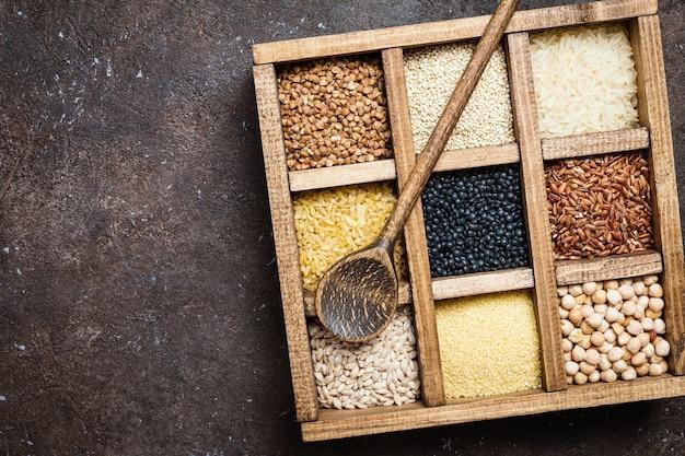 ダークブラウンの箱に入ったさまざまなシリアルと種子の品揃え Premium写真