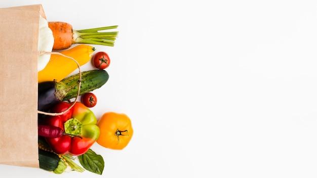 コピースペースとさまざまな新鮮な野菜の品揃え Premium写真