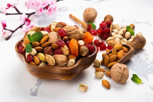 Ассортимент сухих фруктов и орехов Premium Фотографии