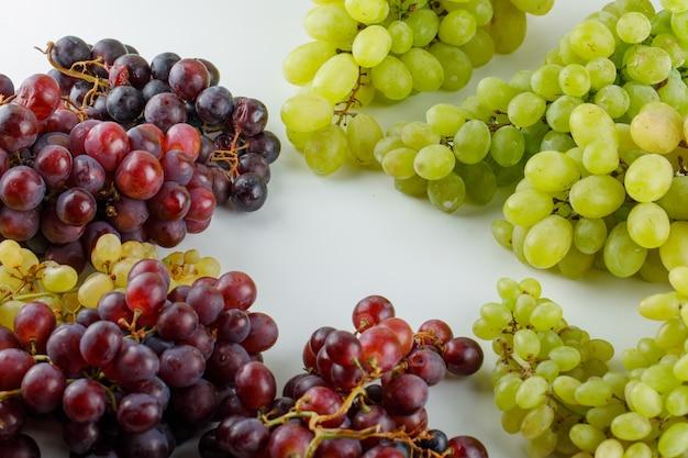 Ассортимент винограда на белом, высокий угол обзора. Бесплатные Фотографии