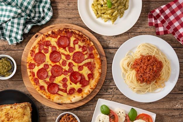 イタリアのパスタ料理の品揃え Premium写真