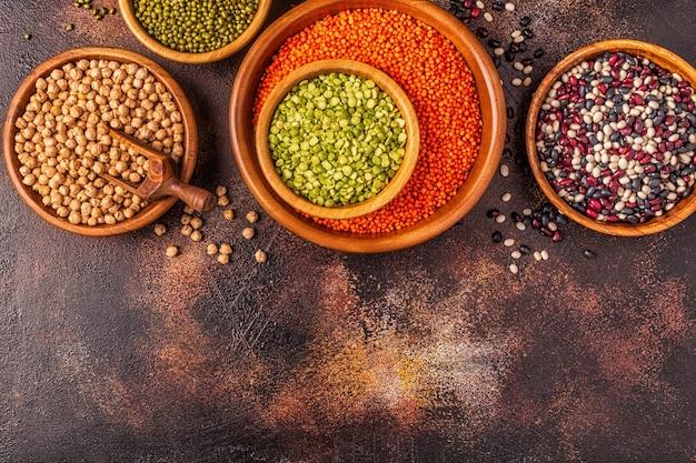 マメ科植物の品揃え-レンズ豆、エンドウ豆、緑豆、ひよこ豆、さまざまな豆。上面図。 Premium写真