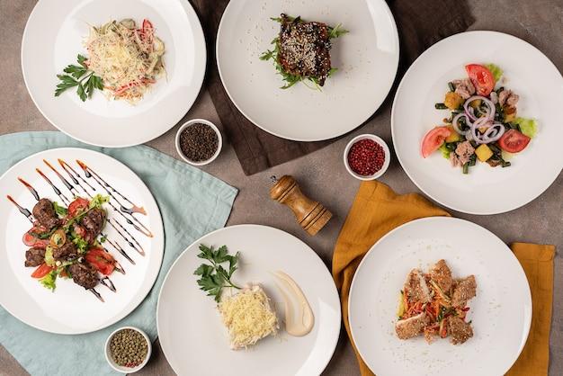 テーブルの上のサラダの品揃え Premium写真