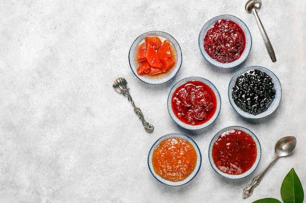 Ассорти из сладких джемов и сезонных фруктов и ягод Бесплатные Фотографии