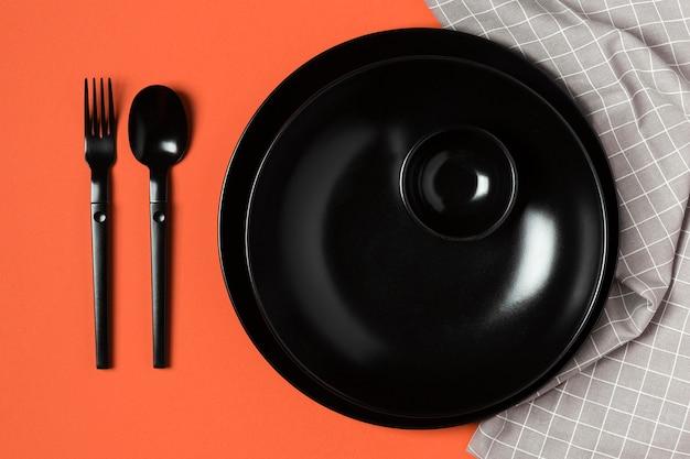 オレンジ色の背景と布の食器の品揃え 無料写真