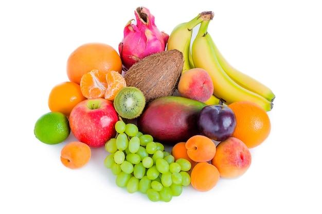 Ассортимент различных фруктов, изолированные бананы, питая, манго, зеленый виноград, яблоко, слива, кокос, персики, абрикосы, мандарины. Premium Фотографии