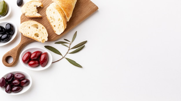 Assortment of olives with bread slices with copy space Free Photo