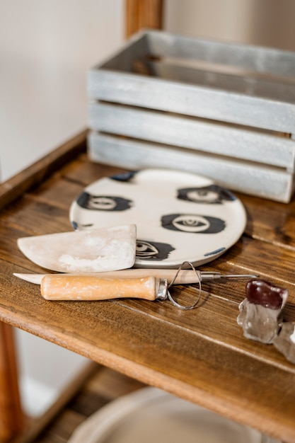 Assortimento di elementi in ceramica in officina Foto Gratuite