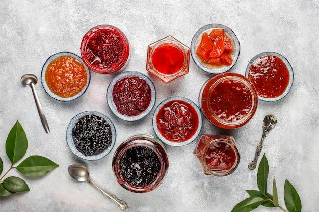 Assortimento di marmellate dolci e frutta e bacche stagionali, vista dall'alto Foto Gratuite