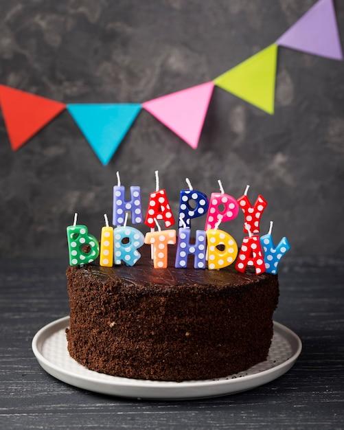 Assortimento con torta di compleanno e decorazioni Foto Gratuite